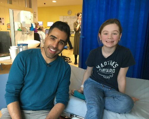 Dr Ranj in Evelina London's Beach Ward with one of our patients.