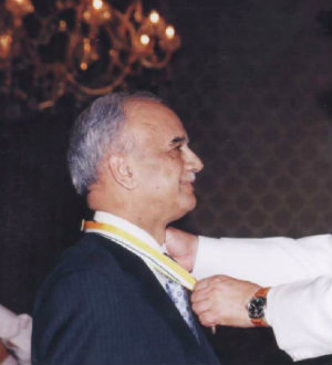 Professor Shak Qureshi receiving award from Government of Pakistan in 2004